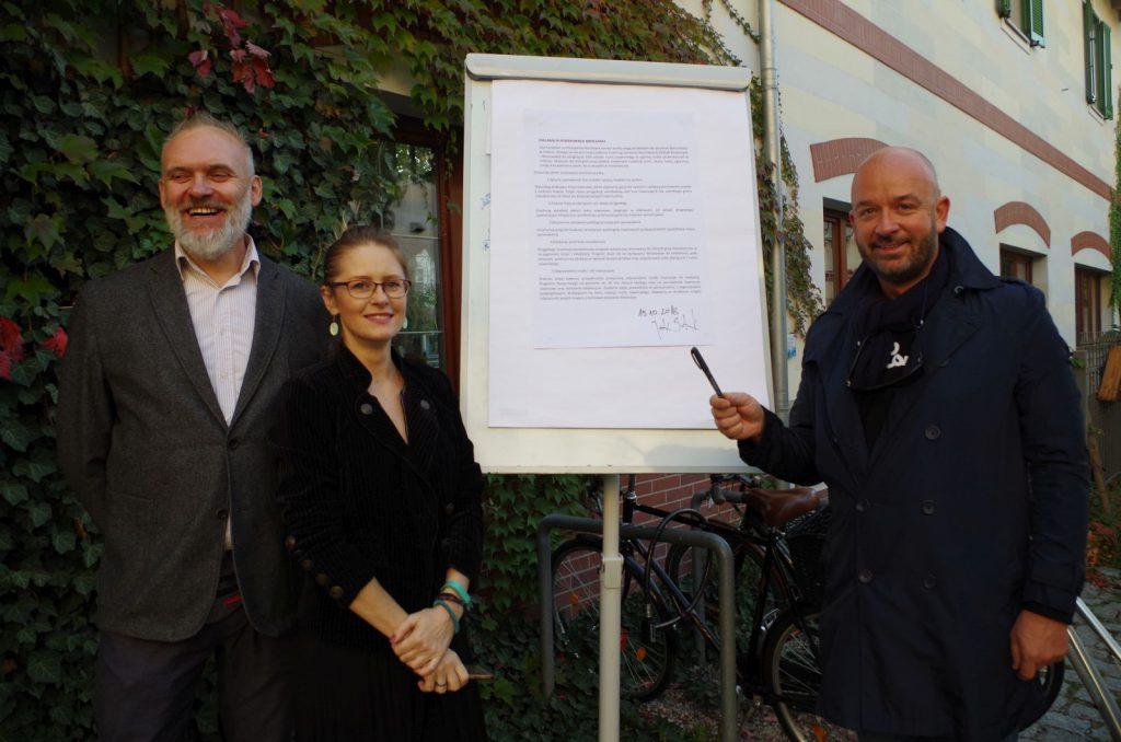 Jacek Sutryk podpisuje Deklarację Rowerowego Wrocławia