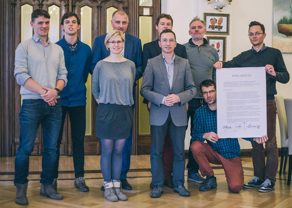 Rafał Dutkiewicz podpisuje Deklarację Rowerowego Wrocławia